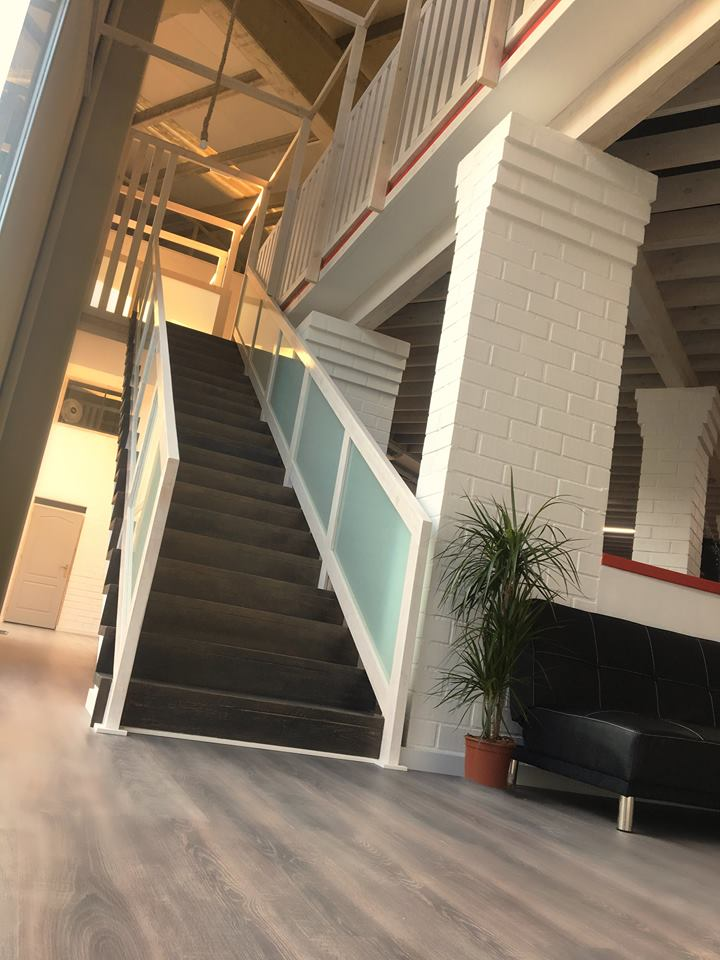 escalera de madera en gimnasio