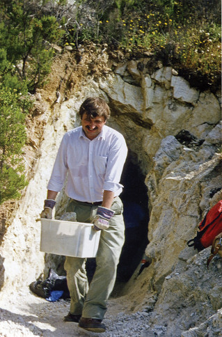 Stilgerecht im weißen Hemd bei der Suche nach Turmalinen auf Elba, 1988.