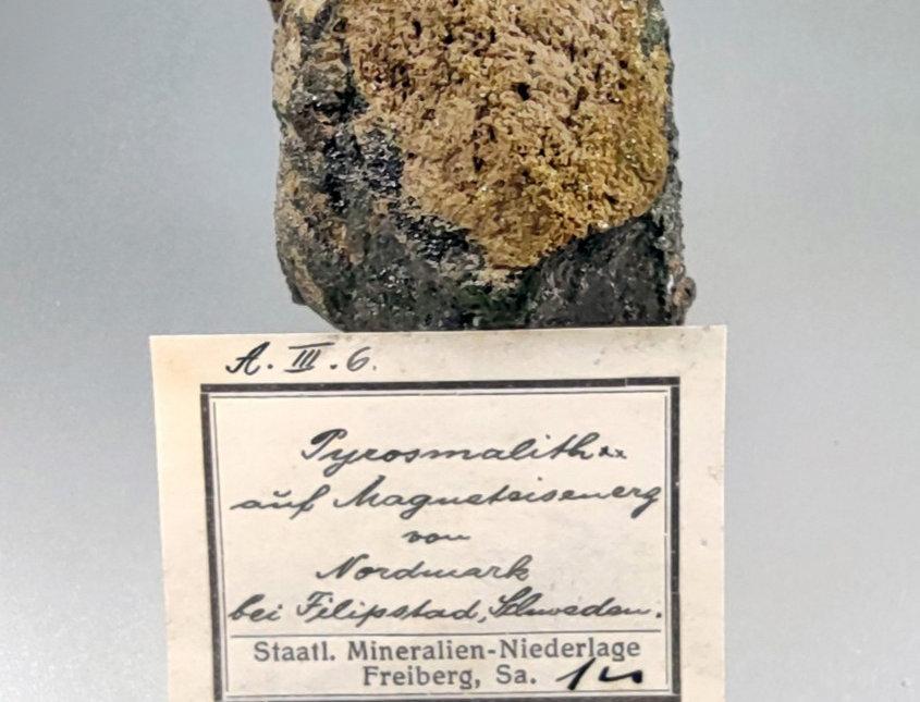 Pyrosmalith-(Fe) auf Magnetit - Nordmark, Odal-Feld, Filipstad, Schweden