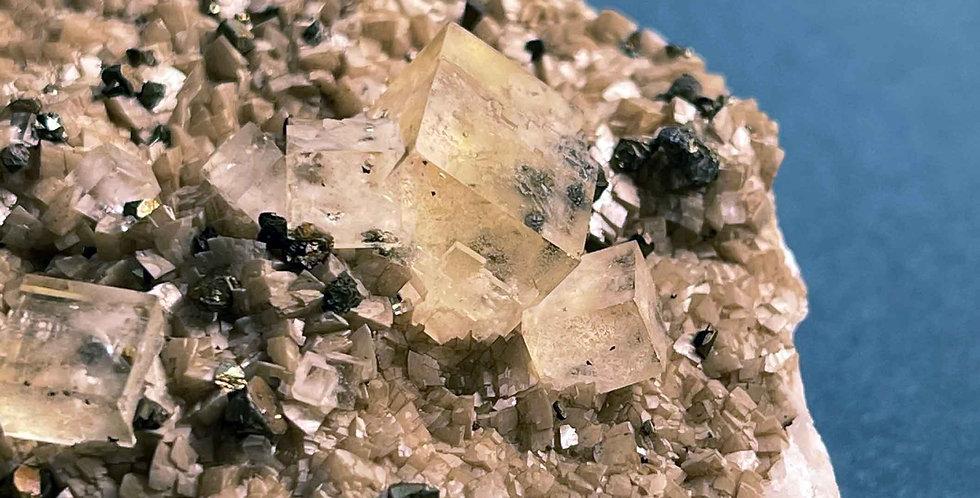Fluorit und Pyrit auf Calcit – Aouli, Marokko