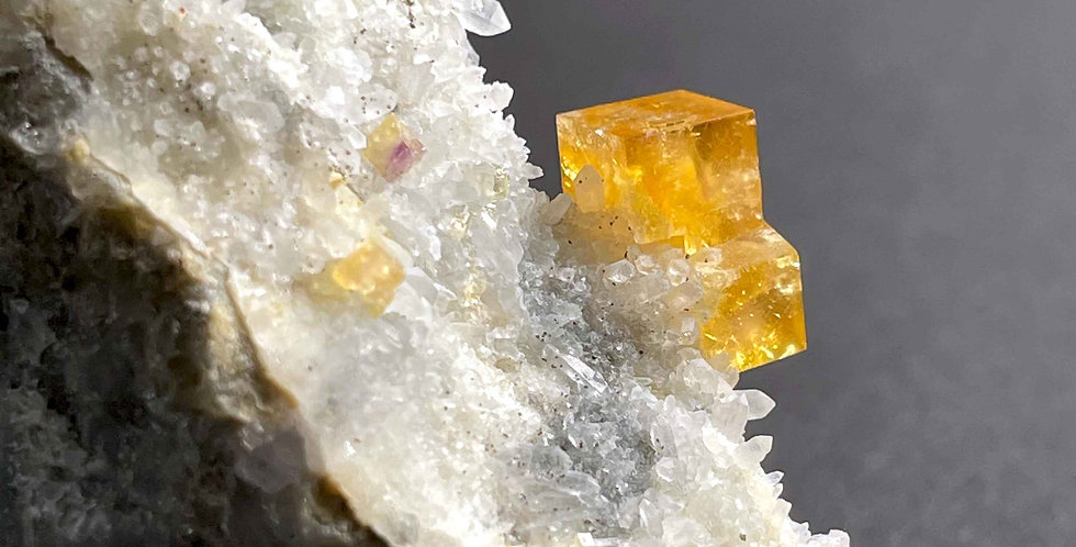 Fluorit auf Quarz – Erzgebirge, Deutschland