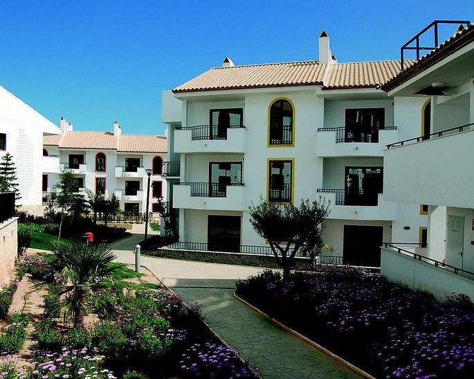Mellom husene i Alfaz del Sol kan du rusle på svale gangveier til områdets oppvarmede svømmebasseng og boblebad. Husene er bygget i spansk stil, to og tre etasjer høye, alle med heis.