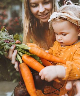 Kleines Mädchen Gemüse Garten.jpg