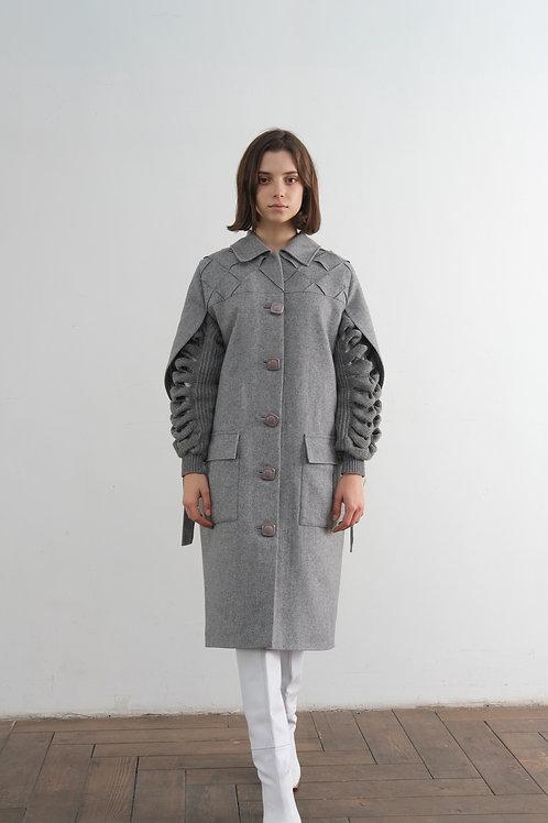 Серое пальто с вязанными рукавами