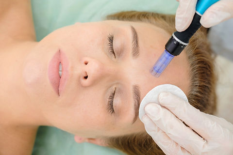 Cosmetologist making mesotherapy injecti