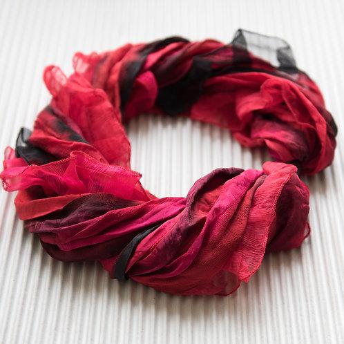 collier-foulard à volants en soie avec fermoir magnétique