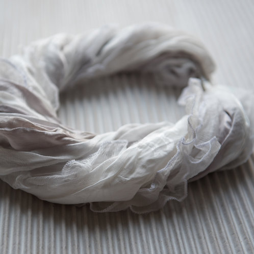 collier-foulard en soie à volants avec fermoir magnétique