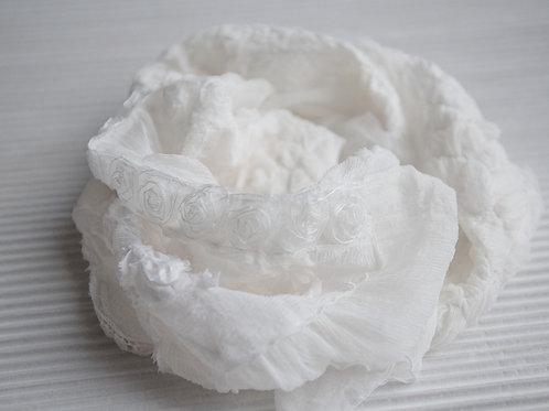 Châle aus Seide mit Seidenmousseline, Spitzenstoffe und Rosenband