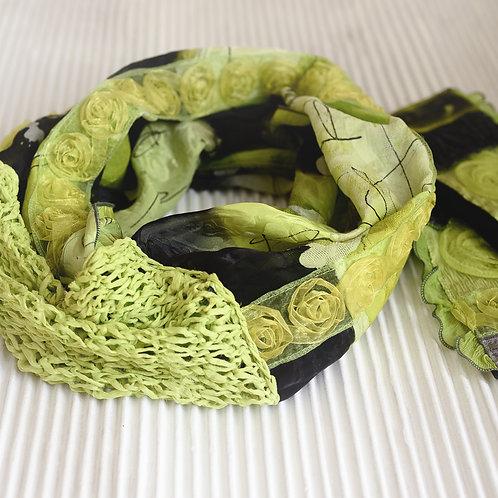 Rundschal aus Seide mit Seidenstrick und Rosenband