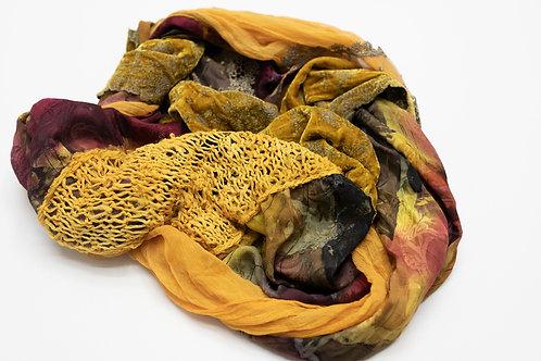 Rundschal aus Seide mit Seidenstrick, Zierband und besticktem Seidensamt