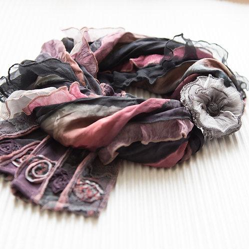 collier-foulard à volants en soie et avec fermoir magnétique
