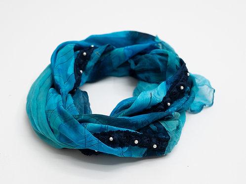 Châle aus Seide mit Seidenmousseline und Rosen-Perlenband