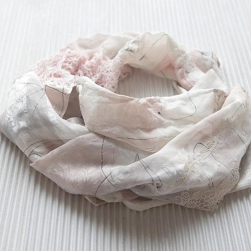 écharpe en soie peinte à la main avec tricot, ruban rose et tissu en dentelle