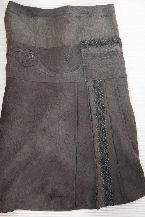 jupe en laine avec un fin ruban décoratif