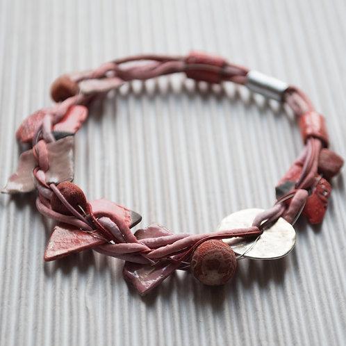 collier en lacet de soie, avec des corails et de la céramique