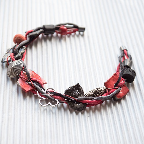 collier en lacet de soie, avec de l'argent antique et de la céramique