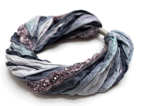 Seiden-Foulardkette mit Rosenband und Magnetverschluss