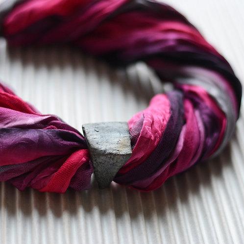 collier-foulard en soie avec fermoir magnétique