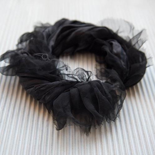 collier-foulard à volants, en soie et avec fermoir magnétique