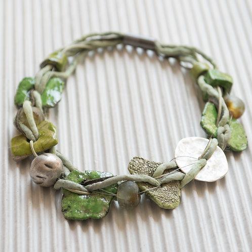 collier en lacet de soie, avec de l'argent et de la céramique