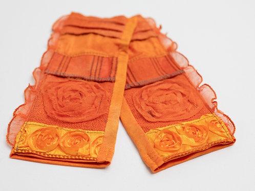 Seiden-Pulswärmer aus  Seidenjersey mit Applikationen und Rosenband
