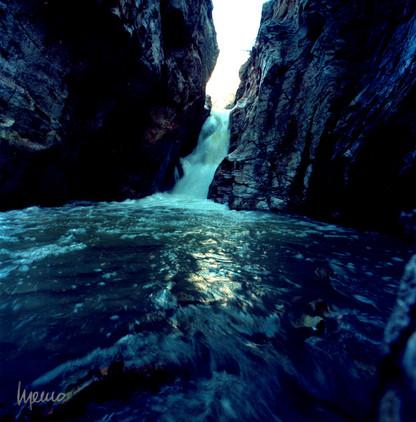 Caída de agua en el cañón de Evanz, Cananea