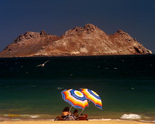 Playa en Bahía Kino con Isla el Alcatraz