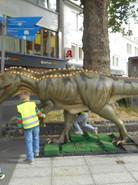 Da ist auch schon der erste Dino