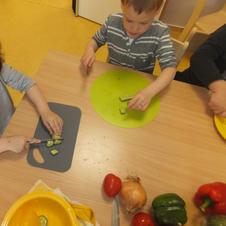 Wir helfen den Koch beim zubereiten von gesundem Essen.