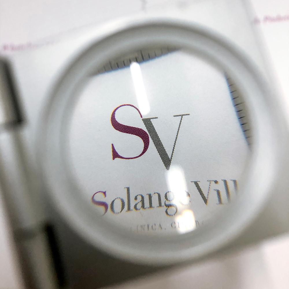 Visão pelo marca-fio da prova do logotipo criado pela ZigZag Propaganda para a Dra. Solange Villagra.