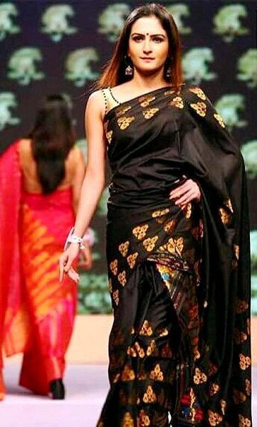 Zaara Yesmin ramp walking for fashion designer 'Payal Chadha'