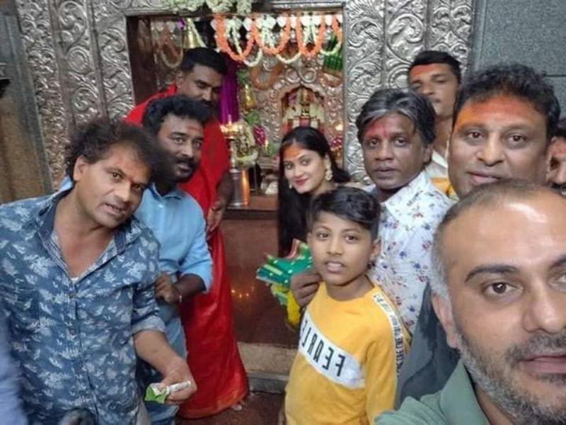 Vijay Duniya with his wife, son and the film crew