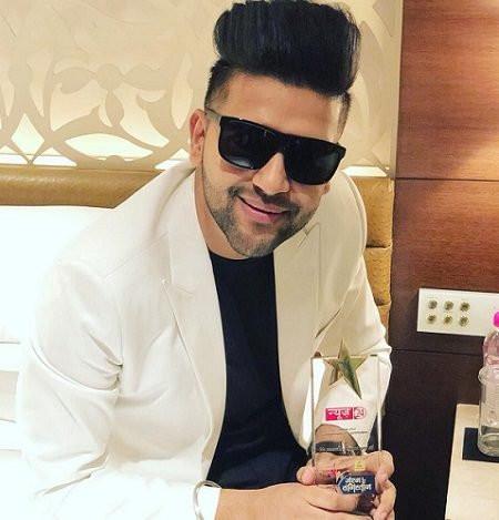 Guru Randhawa with an award