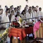 Anandmurti Gurumaa Giving Spiritual Discourse