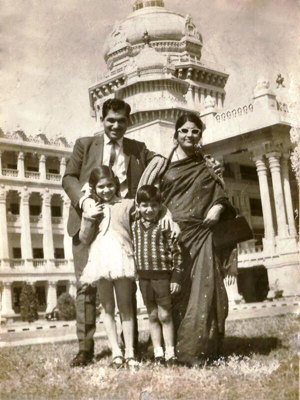 Alka Yagnik Childhood Photo With Her Parents And Brother