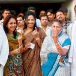 Naveen Jindal (extreme right) with his Mother brother Ratan (extreme left) and two Sisters (centre)
