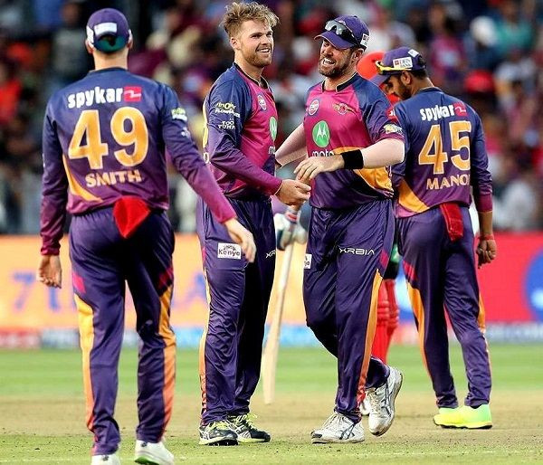 Lockie Ferguson with other team members of 'Rising Pune Supergiant'