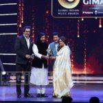 Roop Kumar Rathod receiving the best ghazal album GiMA2016 award for Zikr Tera