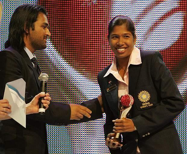 Jhulan Goswami receiving award from MS Dhoni