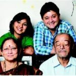 swapnil-joshi-with-his-parents-and-wife-leena-aradhye