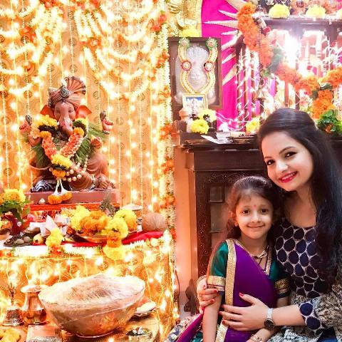 Giaa Manek In Front Of An Idol Of Lord Ganesha