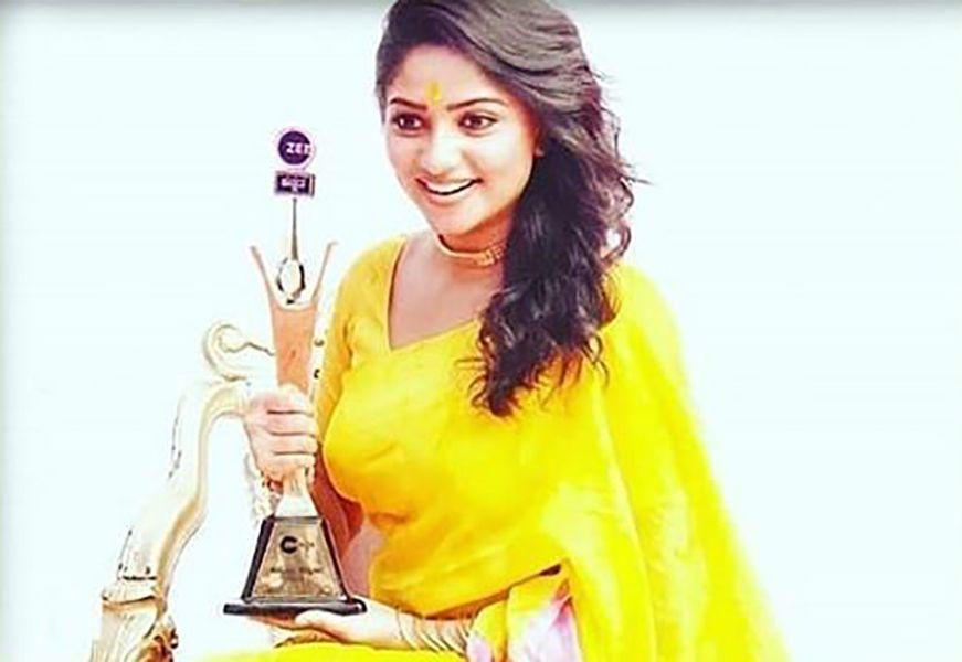 Rachita Ram with her Zee Kannada Hemmeya Kannadiga Award