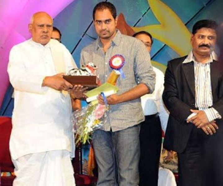 Director Krish receiving Nandi Award