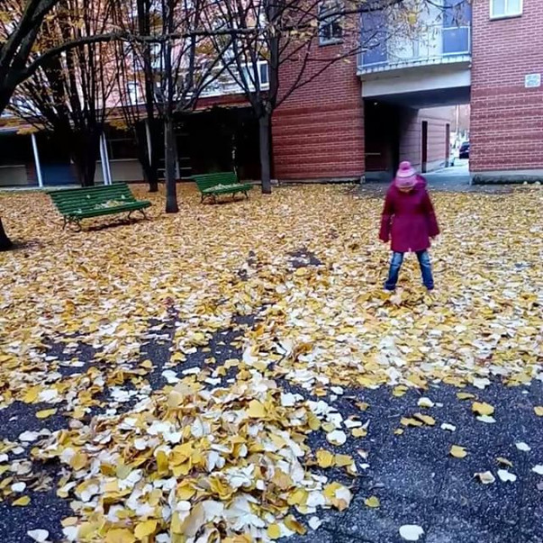 Ева и куча листьев