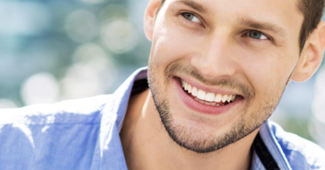 jovem rapaz com dentes perfeitos