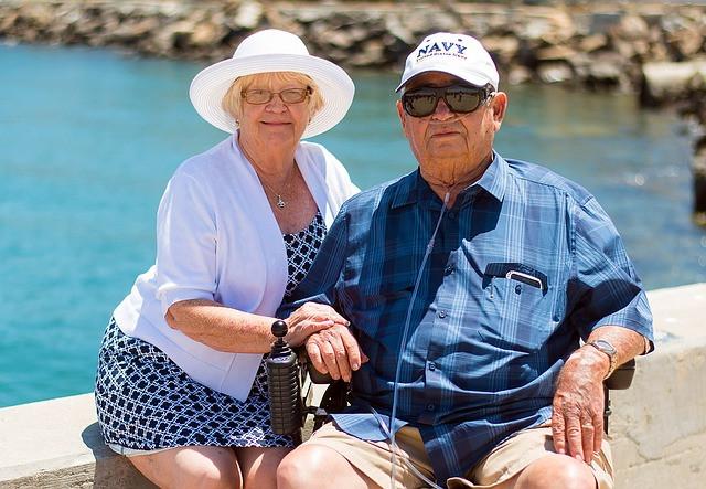 casal de idosos com dentes perfetios