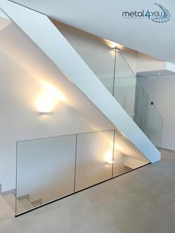 Treppe mit Ganzglas-Geländer