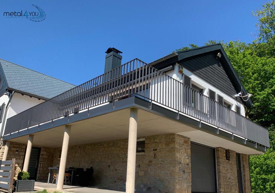 Terrasse mit Flachstahlgeländer-1