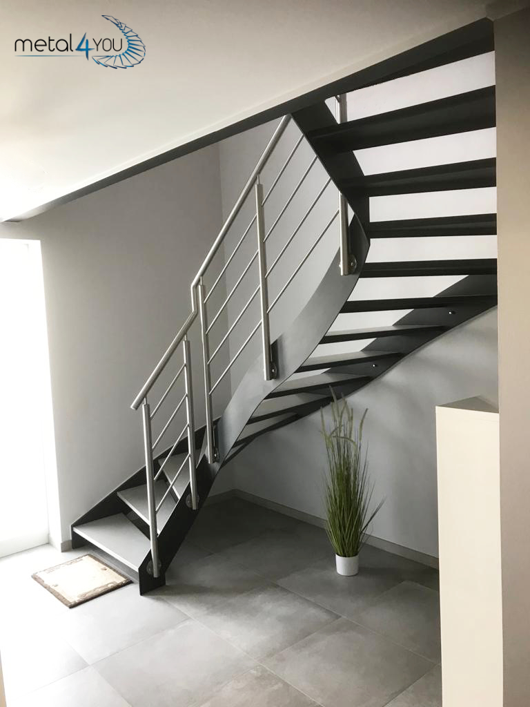 Innentreppe mit Edelstahl-Geländer