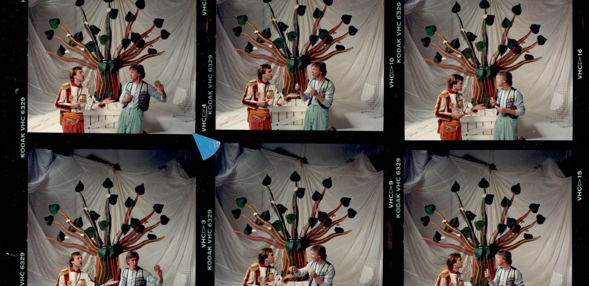 1989 set of head a tete.jpg